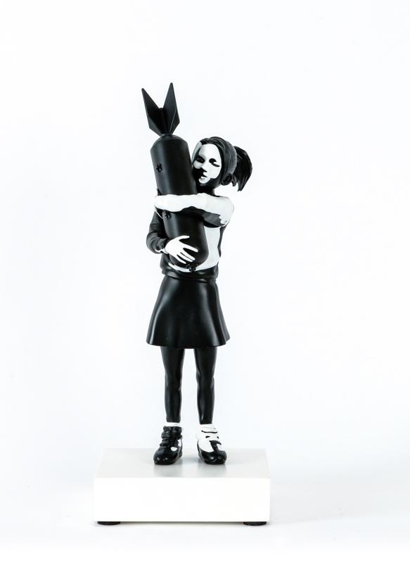拥抱炸弹的女孩