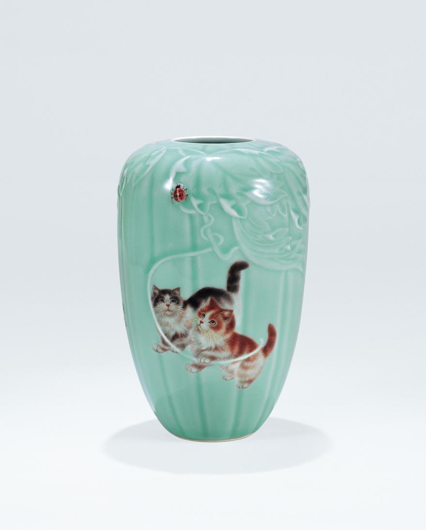 天青釉「嬉戏」瓣纹瓷瓶