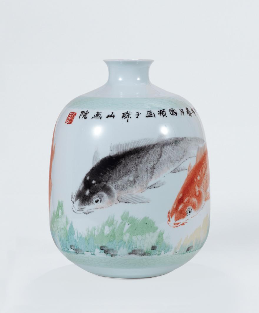 粉彩鱼图瓷瓶