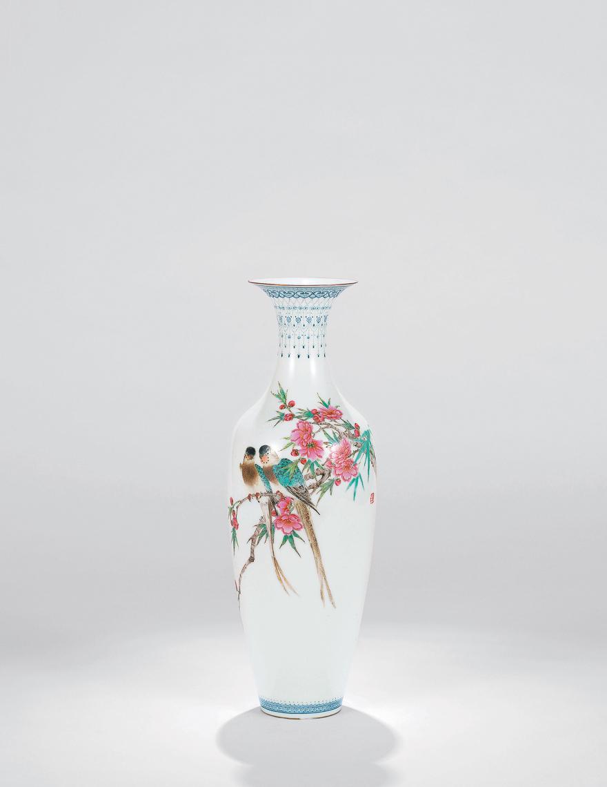 粉彩鹦鹉图薄胎瓶