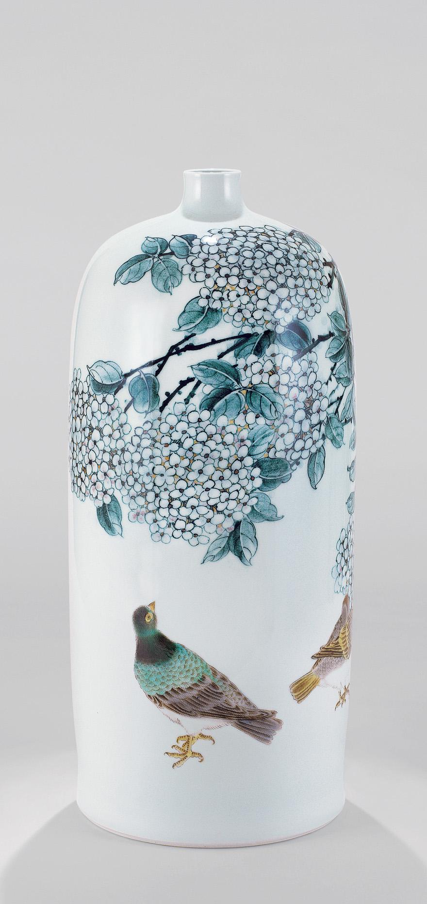 斗彩「绣球花下」瓷瓶